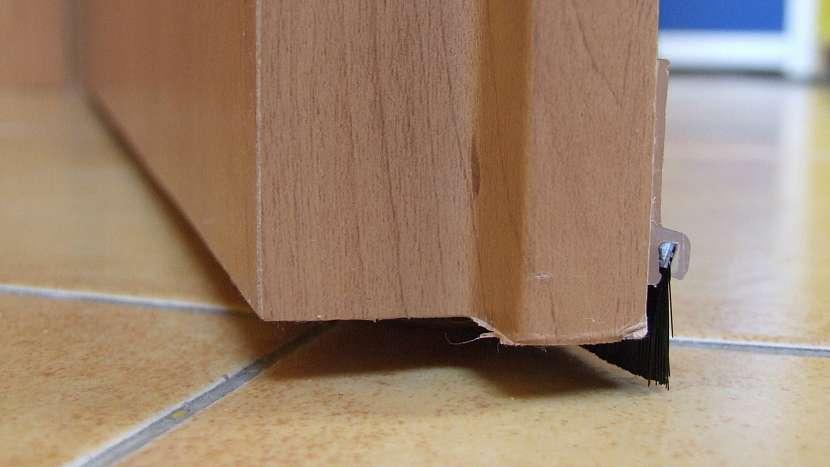Problém s průvanem: kartáček utěsní spáru mezi hranou dveří a podlahou