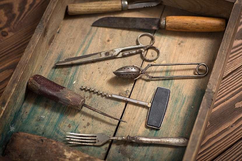 Zašlé nářadí, příbory a nůžky