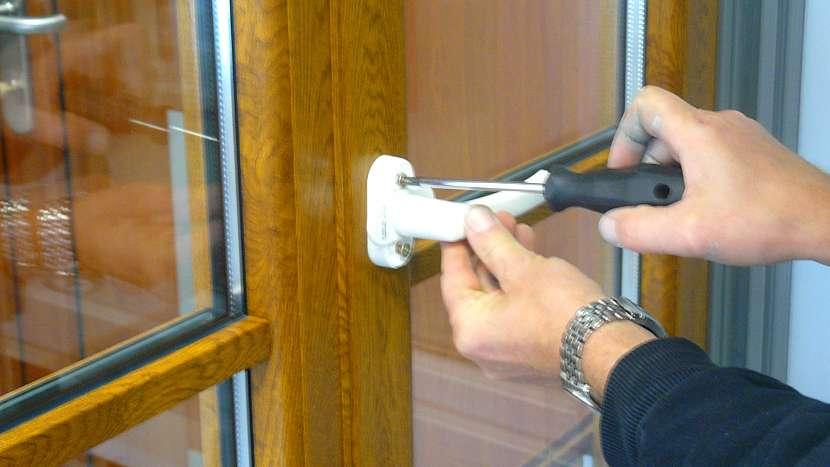 Výměna okenní kličky: připevnění nové okenní kliky