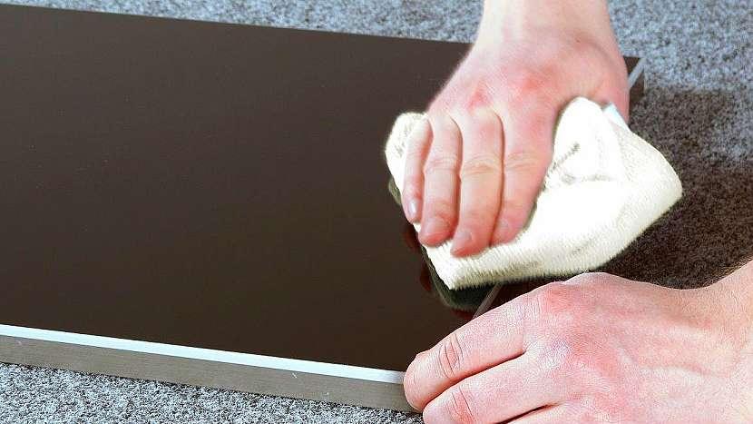 Jak opravit drobné oděrky na povrchu ve vysokém lesku 5