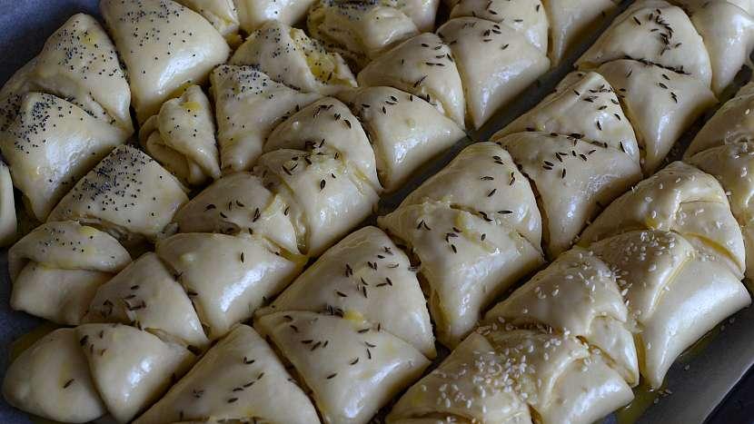 Kynuté trojhránky s česnekovou náplní: posypejte semínky a kořením