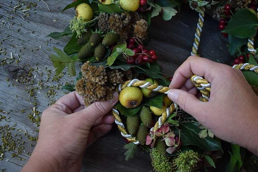 Přírodní věnec v barvách podzimu: poslední ozdoba