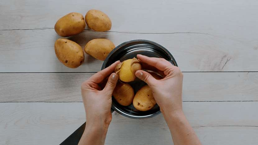 Trik, jak oloupat brambory vařené ve slupce