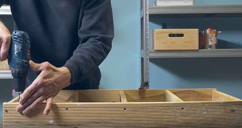 Kuchyňský dřevěný věšák: připravte otvory na háčky