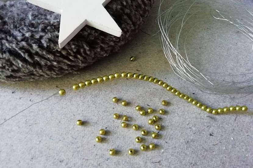 Adventní věnec z umělé kožešiny: navlékněte perličky