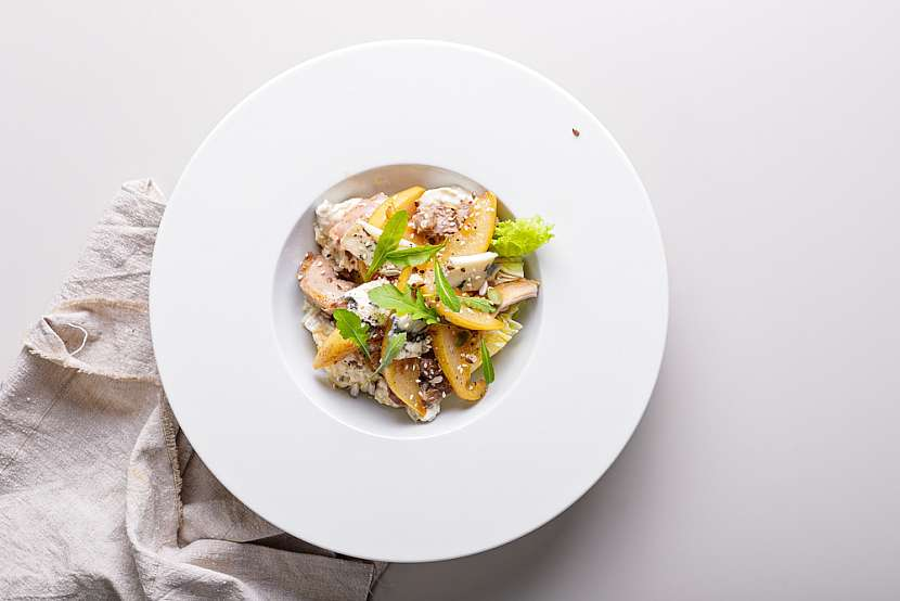 Salat z kuskusu s kurecim masem a karamelizovanou hruskou