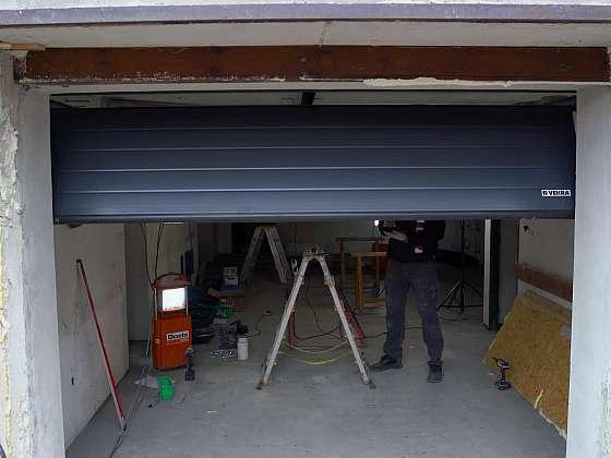 Ve 24. dílu Online stavebního deníku se pustíme do výmalby interiéru a montáže garážových vrat (Zdroj: Prima DOMA)