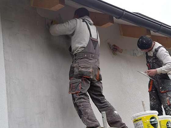 25. díl Online stavebního deníku nám ukáže, jak omítnout venkovní zdi a obložit koupelnu (Zdroj: Prima DOMA)