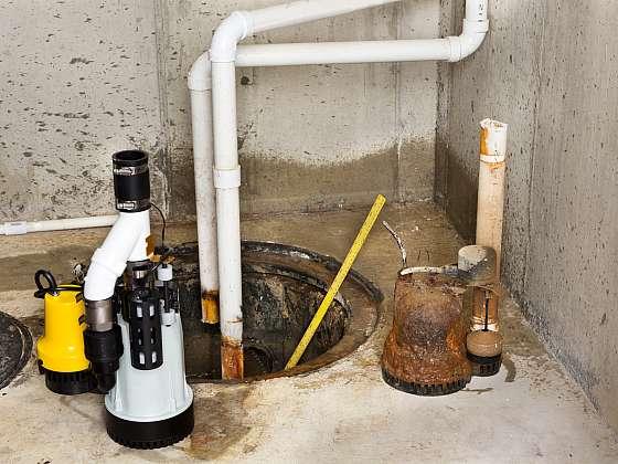 Voda v suterénu bývá častý problém, částečně to lze řešit pomocí čerpadla (Zdroj: Depositphotos (https://cz.depositphotos.com))