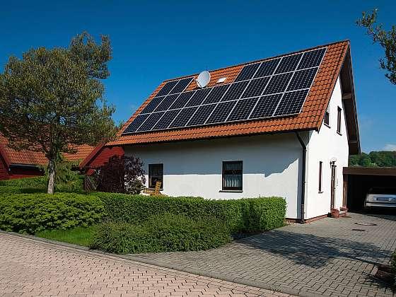 Solární fotovoltaické panely na střeše domu (Zdroj: Depositphotos)